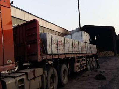 桥梁竹胶板装车待发往四川泸州